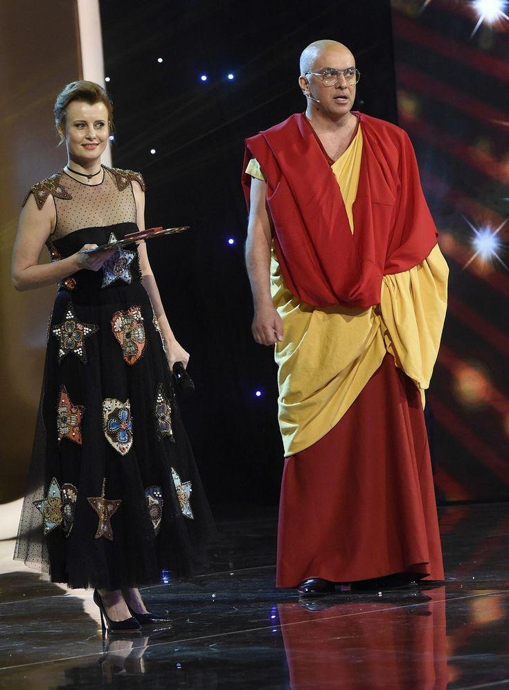 Jitka na pódiu předávala cenu pro Tomáše Ortela, kterou převzal jeho jmenovec Tomáš Matonoha převlečený za Dalajlámu.
