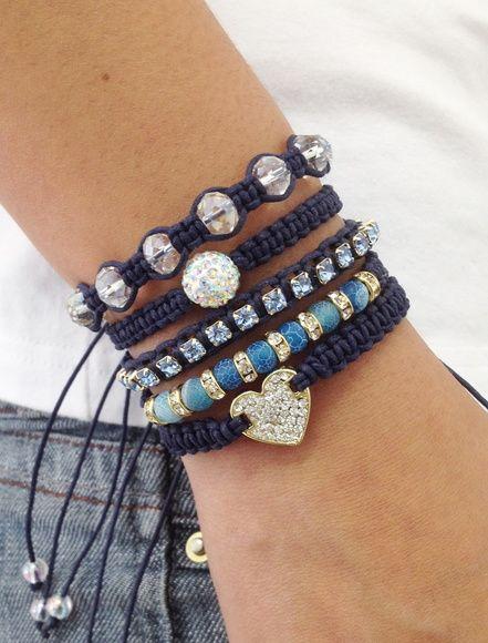 Kit de 5 pulseiras, confeccionadas em macramé com cordão encerado na cor azul marinho, sendo:  - 1 pulseira com coração de strass  - 1 pulseira com pedra natural ágata azul de 6 mm e rondelas de strass  - 1 pulseira de corrente de strass em banho dourado  - 1 pulseira contendo 1 bola de strass de 10 mm  - 1 pulseira de cristais facetados    > Pulseiras ajustáveis, nosso padrão ajusta bem em pulso de 15-18 cm. Caso você tenha um maior ou menor, informe no pedido o tamanho do seu pulso que ...