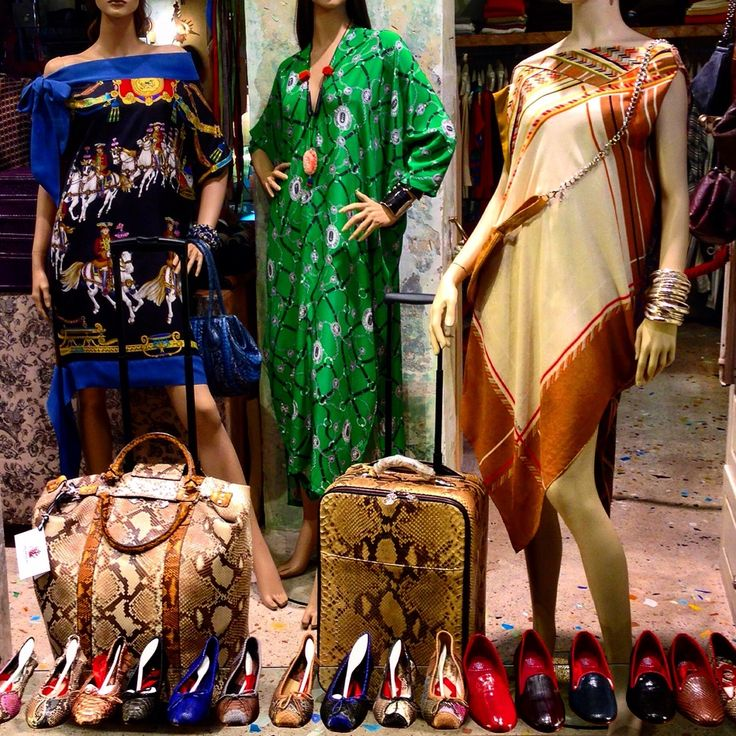 Abiti e caftani in seta.  Valige trolley in pitone.  Ballerine e slipper in pitone, struzzo, cavalino e altre pelle esotiche.  Tutti disegnati è realizzati da Salamastra. --- Dresses and kaftans in new and vintage silks.  Travel roll-on luggage in python.  Ballerinas in python, ostrich, cavalino and other exotic leathers.  All designed  by Salamastra.