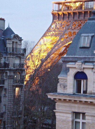 Vue spectaculaire de la Tour Eiffel depuis l'avenue Octave-Gréard (Paris 7ème).