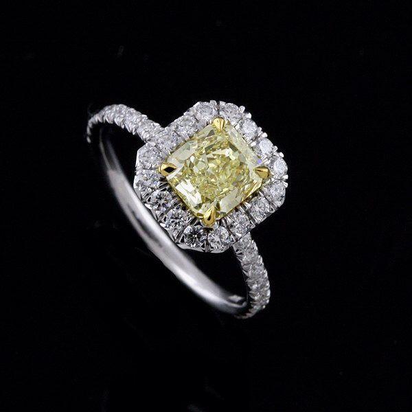 Diamante oro blanco y amarillo Halo anillo de compromiso para radiante corte centro de OroSpot en Etsy https://www.etsy.com/es/listing/84547007/diamante-oro-blanco-y-amarillo-halo