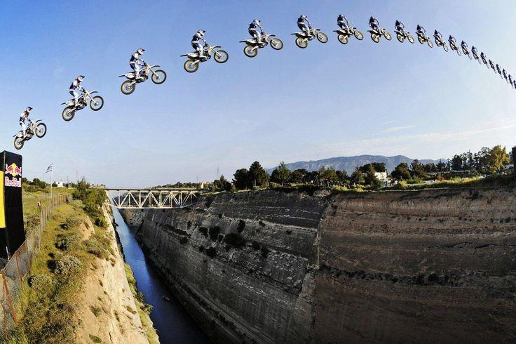 Siente la adrenalina en Canal Once enfrentando grandes olas sobre una moto de agua, o para atravesar de un salto el Canal de Corinto sobre una motocicleta.