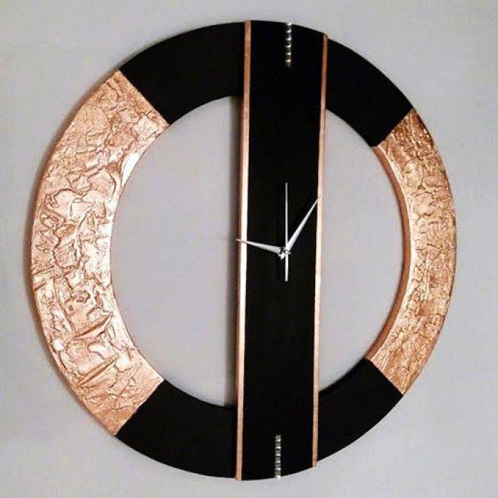 Χειροποίητο διακοσμητικό ρολόι τοίχου (minimal) φτιαγμένο με ακρυλικό μαύρο χρώμα και φύλλο χαλκού. Πάστα διαμόρφωσης που δημιουργεί ανάγλυφη επιφάνεια στο εξωτερικό του κύκλου και διακριτικά κρύσταλλα swarovski με εντυπωσιακό design. Τελος έχει περαστεί με βερνίκι σατινέ για την προστασία και όμορφο φινίρισμα. Oι δείκτες του ρολογιού είναι μεταλλικοί και ο μηχανισμός του αθόρυβος. Διαστάσεις: 60/60cm και 80/80cm