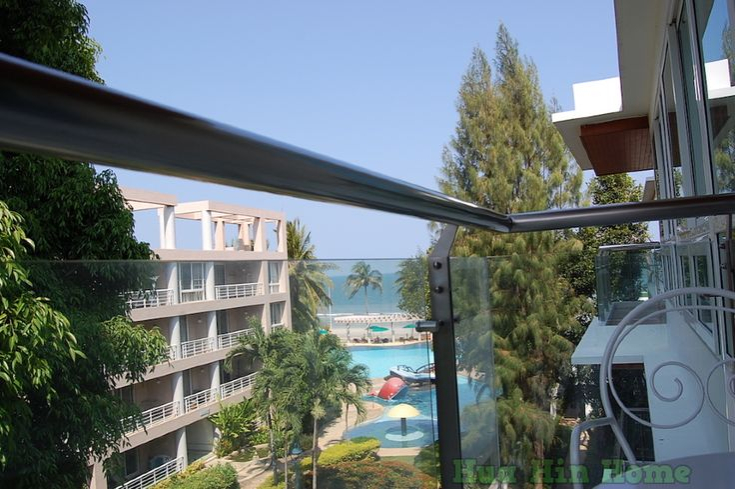 Аренда. Квартира на 2 спальни с видом на море.    Красивая квартира на 2 спальни и 2 ванные комнаты.  Расположена в комплексе, на берегу моря.  На территории комплекса есть бассейн.  Расстояние до центра города 3 км.    Квартира с оборудованной кухней, здесь есть все необходимое для приготовления еды.  2 спальни с большими кроватями и 2 ванные комнаты.    Площадь квартиры 70 кв.м.    Цена 70,000 бат    Дополнительно оплачиваются:  - электроэнергия  - вода  - финальная уборка    Бронирование…