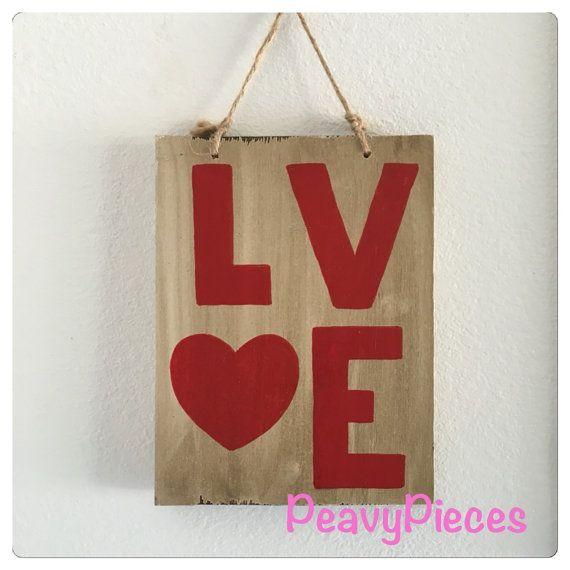 Wit hout met walnoot vlek met het woord liefde in het rood.  Handgeschilderde geen twee tekenen zullen precies gelijk zijn.  Maatregelen 7 in x 9.5 inch Jute koord aangesloten voor opknoping.  Als u wilt bekijken meer PeavyPieces mooie handgemaakte items klikt u hier: https://www.etsy.com/shop/PeavyPieces