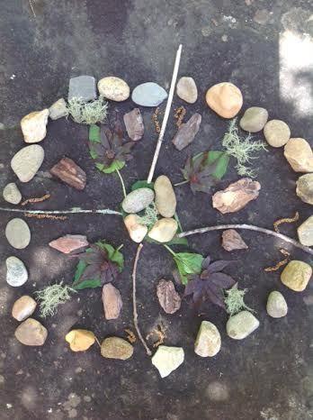 Mandalas maken in de natuur. Tip voor een fijne dag buitenspelen van Speelgoedbank Amsterdam voor kinderen en ouders