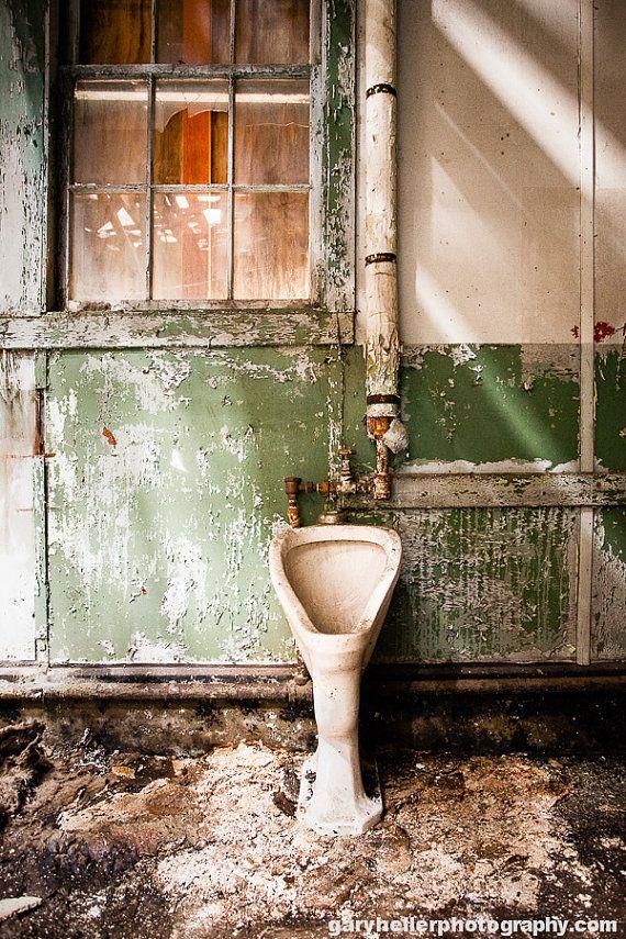 Urinoir rottend badkamer oude Toilet door garyhellerphotograph
