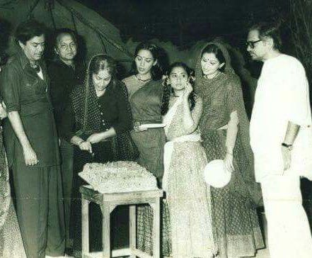 "waheedarehman-infinitelylovable: ""On the set of ""Namkeen"" (1982) / Sanjeev Kumar, Waheeda Rehman, Shabana Azmi, Sharmila Tagore, Ghulzar and others """