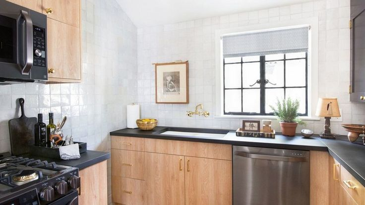Nate Berkus Presents His New Vintage Décor Kitchen ➤ To see more news about luxury lifestyle visit Coveted Edition at www.covetedition.com #Covetedmagazine #nateberkus #interiordesign #kitchendesign  #vintage #homedecor #kitchendecor #bestinteriordesigners #design