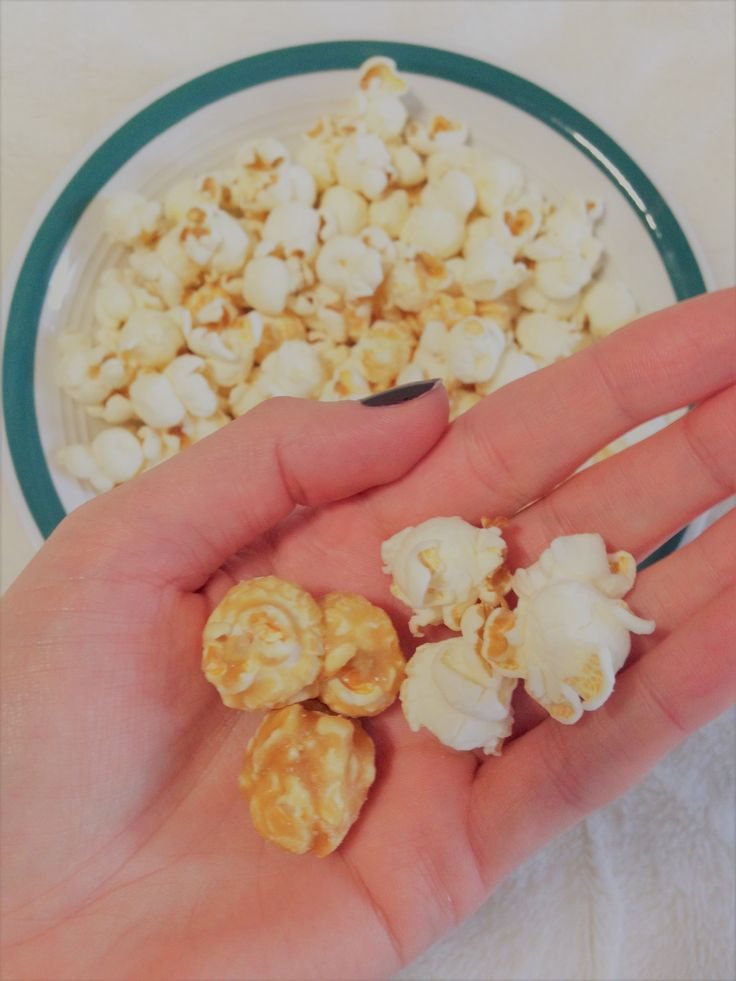 Movie night with @orvillecanada  Some like to eat popcorn from a bowl, some straight out of the bag, but everyone loves this new premium mix of white cheddar and caramel flavours!  I received this product complimentary from @influensterca for testing purposes but all opinions are my own (and always honest). #orvillecwc #contest