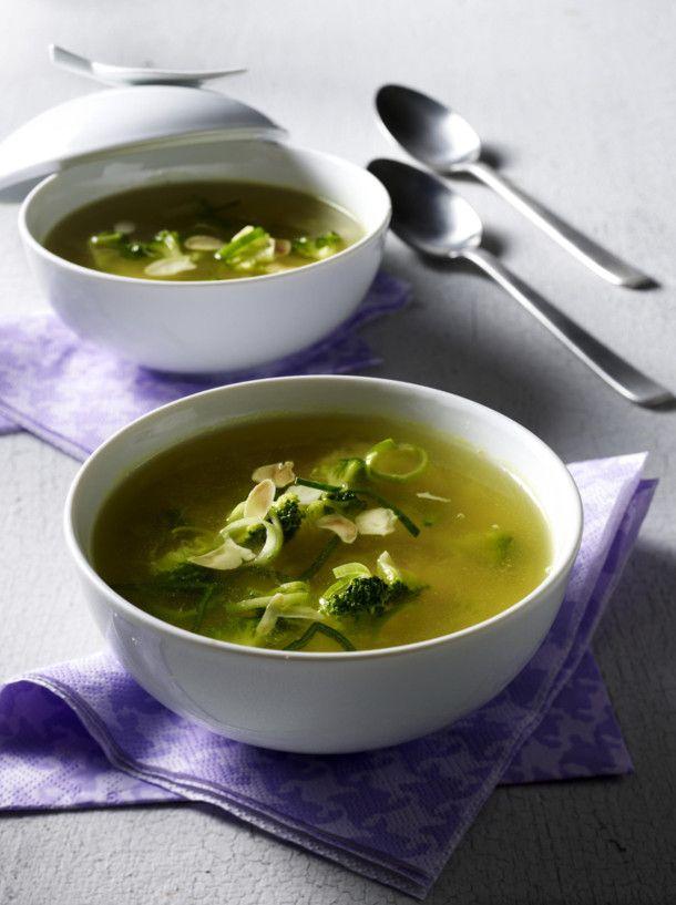 Unser beliebtes Rezept für Klare Suppe mit Porree, Broccoli, Mandeln und Curry und mehr als 55.000 weitere kostenlose Rezepte auf LECKER.de.