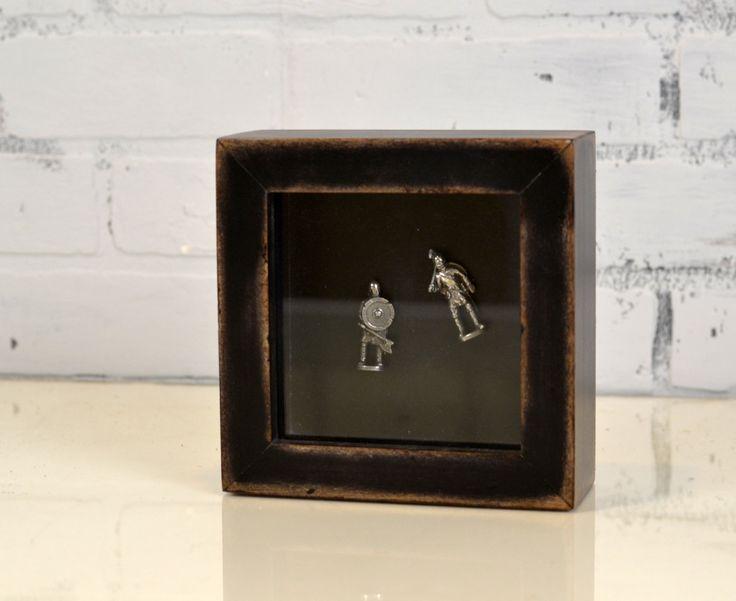 Ce mignon petit cadre de boîte d'ombre peut contenir de petits trésors et montrez-les en même temps. Elle est construite de bois de peuplier massif. Les dimensions qu'il peut contenir sont 4,5 « x 4.5 » et jusqu'à 1,25 profonde ou les objets. L'ensemble en dehors des dimensions de ce cadre so