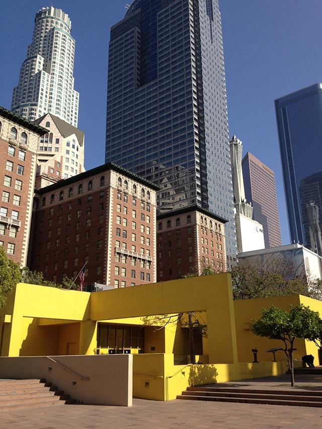 Pershing Square. Legorreta Arquitectos [Ricardo Legorreta, Víctor Legorreta e Noé Castro] e Laurie Olin. Los Angeles, Califórnia, EUA. 1994.