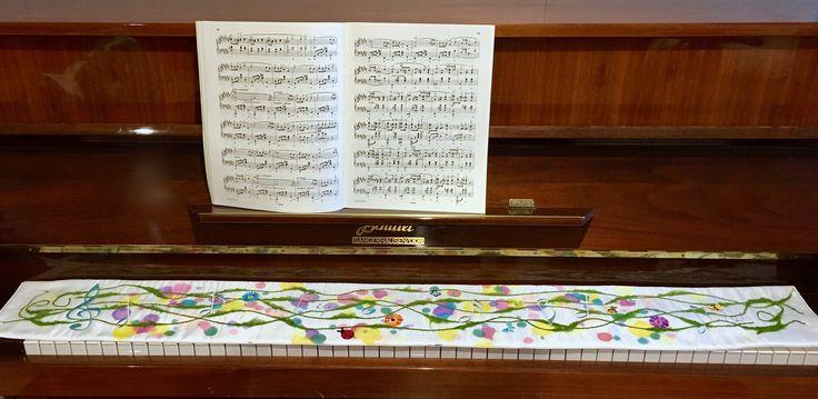 Eine Decke für Klaviertastatur mit einer zauberhaften Notenwiese -gestickt auf Seide....