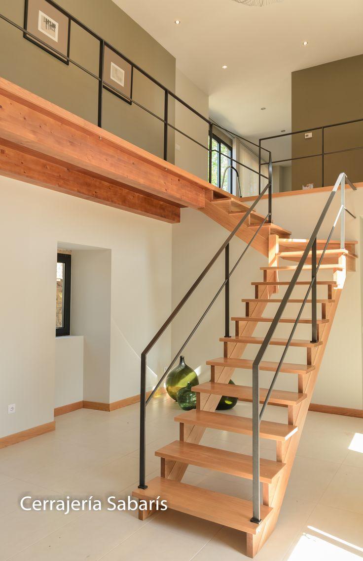 Barandilla para escalera de madera construida totalmente for Apliques para subida de escalera