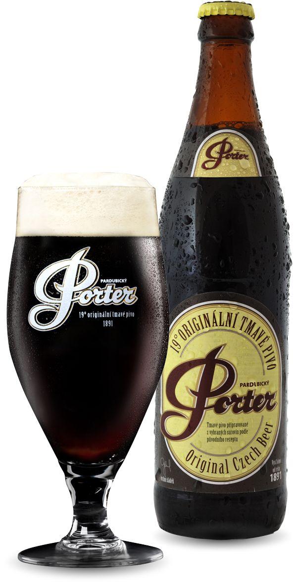 Pardubický Porter 19 Legendární Porter, který plně dostává své pověsti. Výrobu tradičního Pardubický PORTER 19 začal v roce 1891 sládek Alois Šimonek, tvůrce originální receptury, podle které se pivo vaří dodnes. Složením pečlivě vybraných čtyř druhů sladů, třikrát delší dobou zrání než u klasických ležáků a dalšími speciálními postupy při výrobě získává pivo PORTER charakteristickou tmavou téměř černou barvu, hustou pěnu a vyznamenává se velmi lahodnou, sladově nasládlou chutí. Pivní znalci…