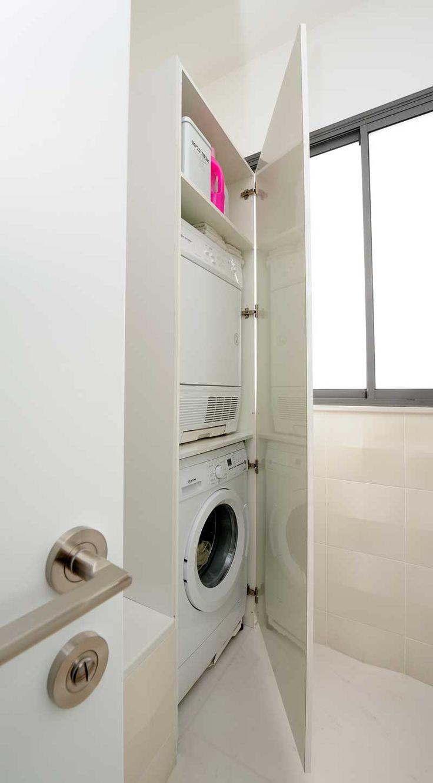 מתחילים מחדש: דירה מעוצבת בגוונים בהירים | בניין ודיור ארון שמחליף מרפסת שרות. עם דלת ומדף ביניים.