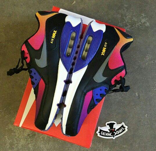 Esta zapatilla baja firmada por la marca Nike es un modelo imprescindible. Su color multicolor, su corte en piel y sus impecables acabados hacen de ella un it-shoe. Pequeño detalle con importancia: el forro es de textil y su suela de caucho. Un diseño que seducirá a todos los fans de sneakers. http://www.spartoo.es/Nike-AIR-MAX-90-x827193.php