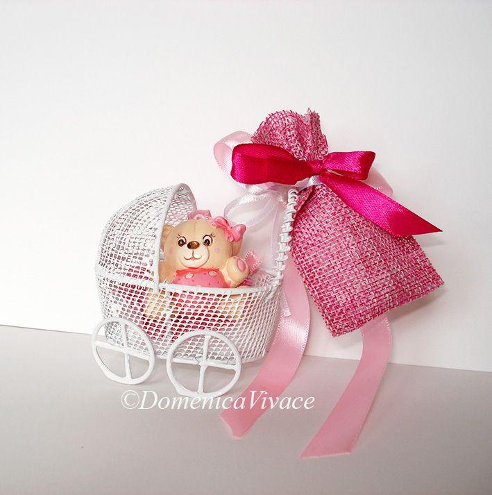 Bomboniera nascita orsetto in gesso magnete, dipinto a mano, completa di sacchetto porta-confetti confezionato a mano.