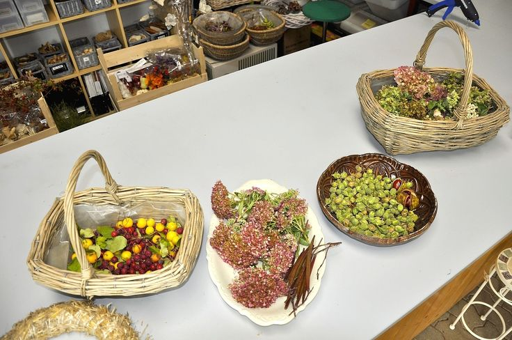 I ze starších věcí lze jednoduše udělat pěknou a levnou dekoraci. Starý košík naplňte sušenými květy hortenzie, či okrasnými jablíčky. Talíř a mísu po babičce můžete ozdobit semeníky z ibišku, květu oleandru, nebo použijte sušené květy rozchodníku.