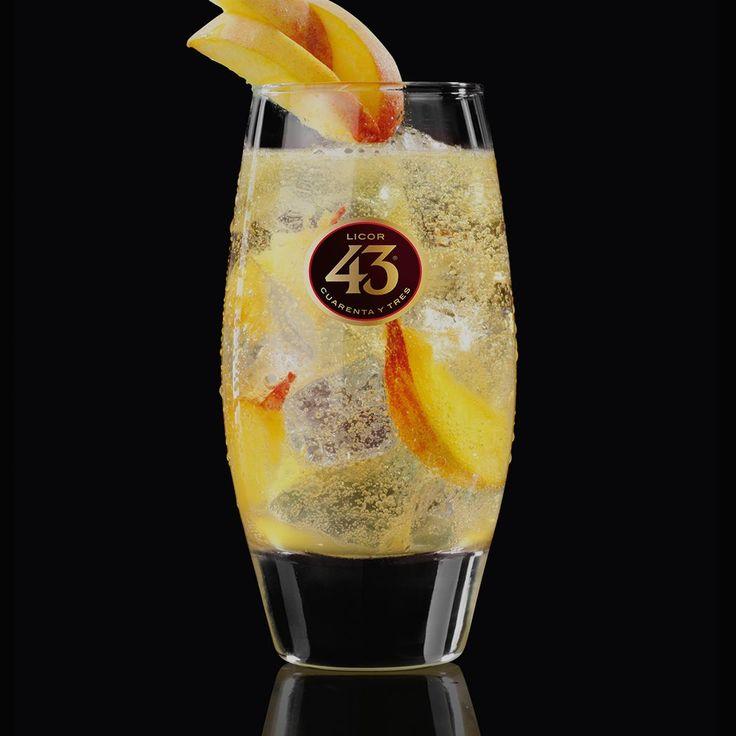 Probeer ons recept voor Cheeky Peachy 43, een zoet en fruitig drankje. Perfect voor liefhebbers van perzik cocktails, zoals Sex on the Beach en Peach Bellini.