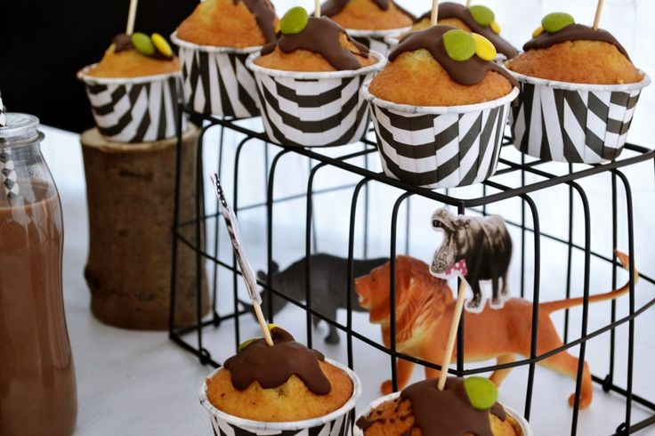 wild animals cage for supporting cupcakes. Una jaula de animales. Mesa candy