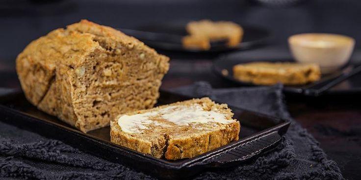 Ikke kast modne bananer, bruk dem i dette saftige bananbrødet! Oppskrift på grovt bananbrød som er naturlig søtt.