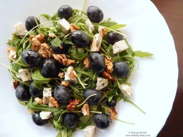 Salata cu gorgonzola, struguri negri si nuci.  Blue cheese, grapes and walnuts salad.