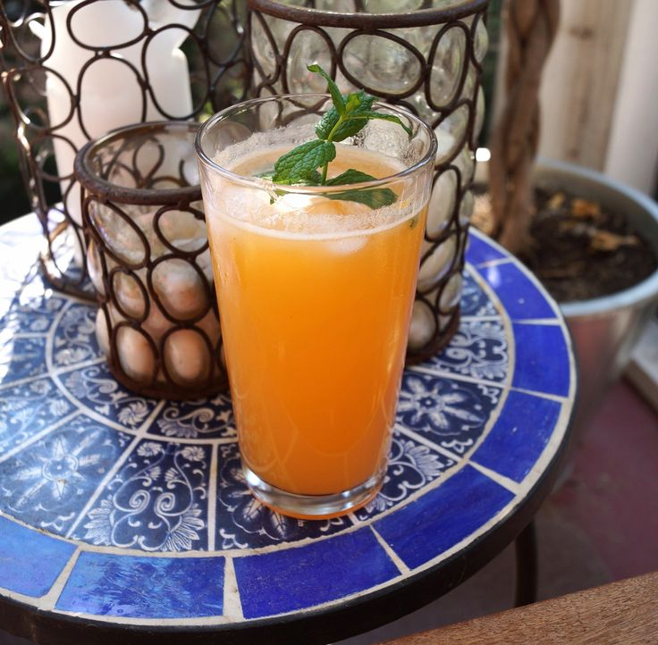 Cantaloupe, Honey, and Mint Agua Fresca makes 4 drinks ½ c water ½ c honey 4 c (about 2 lbs) cantaloupe cut into 1 inch pieces ¼ c fresh lime juice (about 2 limes) 2 Tbsp fresh mint leaves ¼ tsp salt sparkling water or club soda mint sprigs for garnish