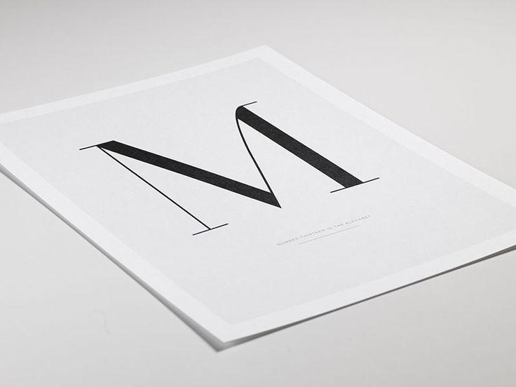 Svarthvit typografi-plakat med bokstaven M, plakater online
