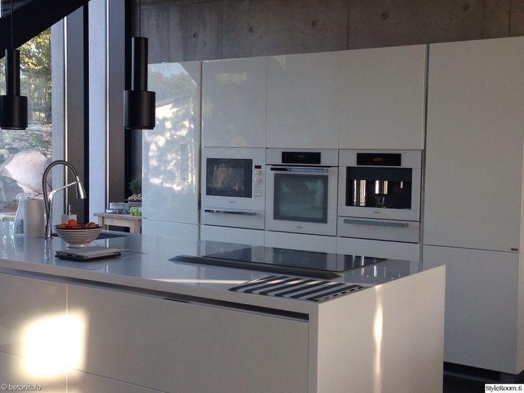 """""""betonitalo""""n jykevä seinä tarjoaa näyttävän taustan keittiölle. #styleroom #inspiroivakoti #keittio #betoni #betoniseina"""