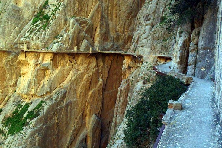 El Caminito del Rey es una senda aérea que atraviesa el Desfiladero de los Gaitanes, en el Chorro, provincia de Málaga. Dicho así puede parecer fascinante y quizá sería así de no ser por gran deterioro que este camino ha ido sufriendo con el paso del tiempo. Afortunadamente y tras unas obras de rehabilitación está a punto de ser reabierto al público a comienzos del próximo año, 2015. photo by: David Domingo https://www.flickr.com/photos/_sml/13148227885