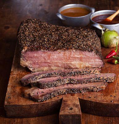 Аппетитный брискет запекается в течение нескольких часов при низкой температуре, благодаря чему мясо получается нежным и мягким. Угостите Ваших близких и друзей этим ароматным, сытным блюдом, дополн…