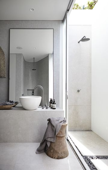 Really like the idea of the open sky above the shower area. prendre sa #douche dehors quand il fait chaud*