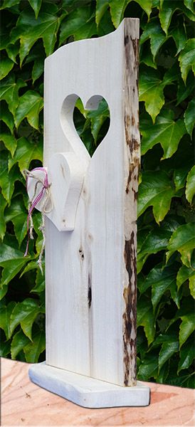 Der dekorative Aufsteller aus Holz mit einem Herzausschnitt eignet sich ideal als einladendes Deko-Element für den Eingangsbereich des Hauses oder der Wohnung. Erzielen Sie einen einladenden ersten Eindruck mit unserem wunderschönen Aufsteller in Ihrer Wohnung oder auch für Ihren Laden. Unser Holzständer besteht aus naturbelassenem Holz und ist mir einer Kordel und einer Schleife dekoriert.