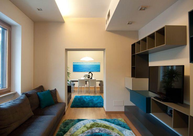 Interazioni di colori freddi #pareteattrezzata #tappeto #divano #blu #verde #blupetrolio #ottanio #cuscini