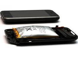 ¿Por qué se hincha la batería de un móvil?  Solemos tratar los teléfonos móviles con bastante cuidado pero más por el hecho de cuánto cuesta hacerse con uno nuevo, aunque dependa de su gama, que porque sean dispositivos peligrosos. No los consideramos así y tendremos a olvidar que portan en su interior un acumulador de energía muy potente: las baterías con las que permanecen encendidos tanto tiempo como sea posible.  Es un dato a tener muy en cuenta pues al igual que el resto de componentes…