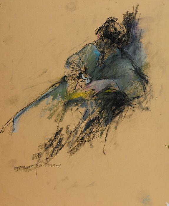 Vrouw in blauwe kimono met kopje in haar hand