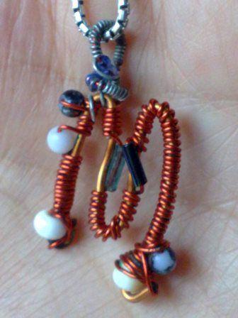 Ciondolo con filo di ferro e perline