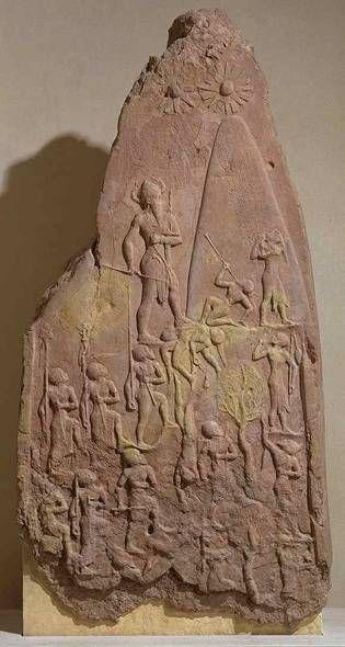 Стела Нарам-Сина. Розовый песчаник, 2х1 м, ок. 2300 г. до н.э. Победа Нарам-Сина (4-й король Семитской династии Акнад) над горцами восточного Ирана. Рогатый шлем символизирует божественную власть. Впервые изображение не делится на пластины, а изображено по восходящей. Солнышко вверху намекает, что пленников король велел сжечь перед богом Энлилем.