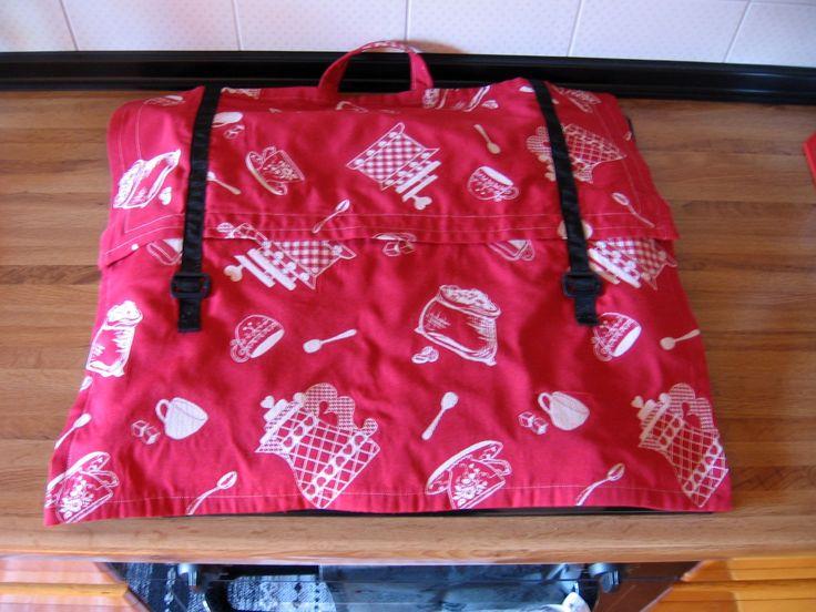Riciclo di stoffa e altro - Coprifornelli a forma di cartella, fatto con due pezzi di stoffa, ciascuno troppo piccolo per realizzare l'intero lavoro-Bretelle e chiusure ricavate da quelle di un vecchio zainetto rotto.