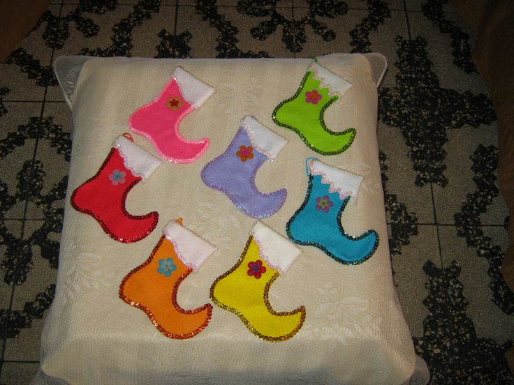 Zapatitos de duende, ideales para el arbol navideño en diversos colores de paño lency y lentejuelas