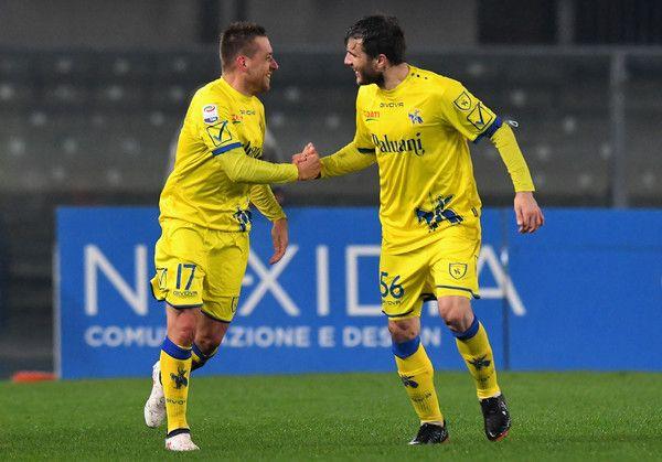 Emanuele Giaccherini AC Chievo Verona celebrates after scoring the opening goal during the serie A match between AC Chievo Verona and Cagliari Calcio at Stadio Marc'Antonio Bentegodi on February 17, 2018 in Verona, Italy.