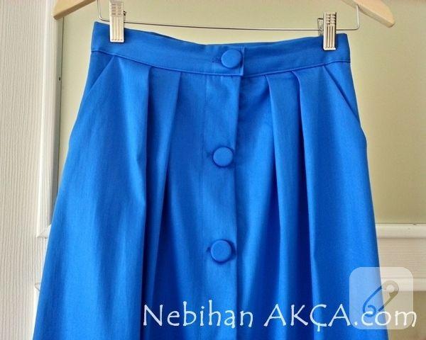 pamuklu mavi penye kumaştan dikilmiş, uzun pileli ve önden düğmeli etek modeli ile dikiş çalışmalarınızda ilham verici daha pek çok giysi ve kombin önerisi 10marifet.org'da