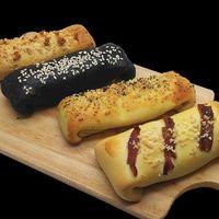Ro-cket Pizza finger mix 4 in 1 adalah kategori pizza finger dengan 4 varian dalam 1 box.: Wellington - Blackpepper - Pepperoni - Tuna.  Berat: 440 Gram (with box) Berat satuan: 105 Gram Panjang: 12 cm per slice Kondisi: Frozen atau Siap Saji Daya Tahan: Frozen bisa disimpan selama 3 bulan Re-heat: keluarkan dari freezer, biarkan suhu ruang atau defrost lalu reheat menggunakan microwave, oven atau teflon.