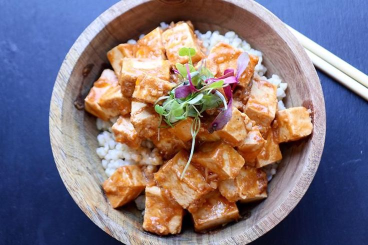 Essayez notre recette facile de tofu épicé aux arachides, avec de la sriracha et du sirop d'érable; un souper végan rapide!