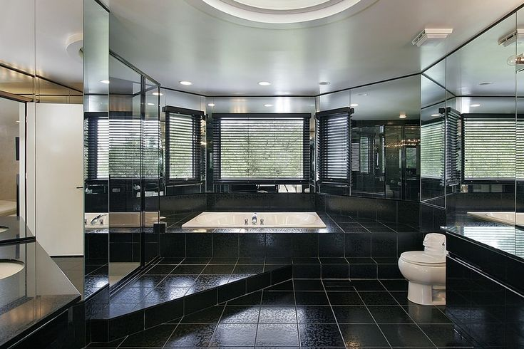 Alle schwarzen riesige Luxus-Badezimmer mit eingelassene Badewanne Wanne