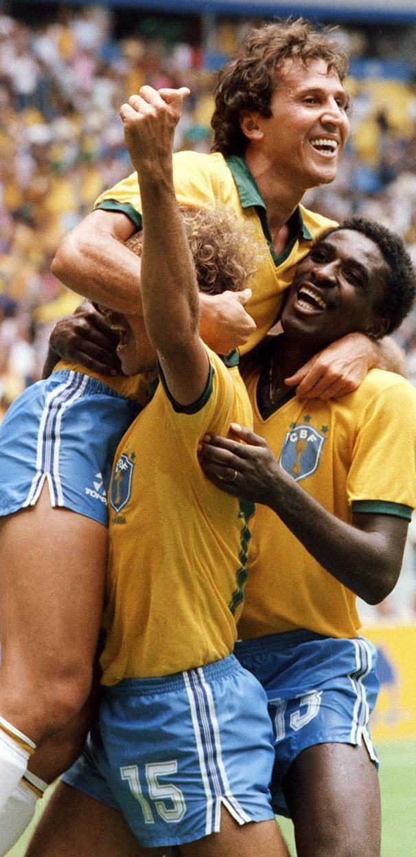 Zico, Alemão e Josimar comemoram gol do Brasil na Copa de 1986 no México.