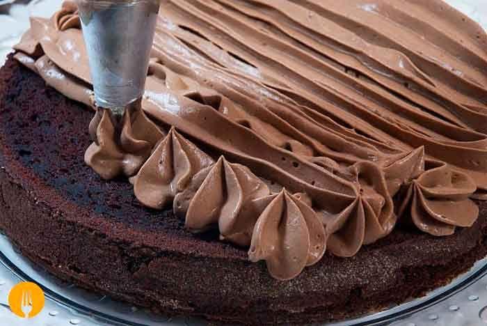 La trufa es un tipo de crema dulce empleada en pastelería para rellenar numerosos productos. Entre sus principales ingredientes destaca la nata y el chocol