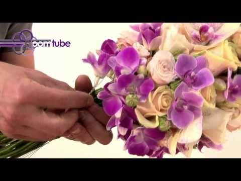 Un completo video-tutorial, paso a paso, de como montar un precioso bouquets con orquídeas color púrpura/blanco, rosas en tonos beige/ocre y toques de verde.